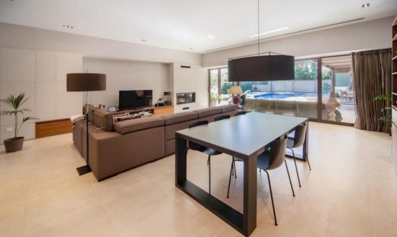Impresionante villa en una gran parcela de 1000 m2 con piscina, cerca del mar en Castelldefels | 0-lusavillaforsalecastelldefelsbarcelonapng-2-570x340-png