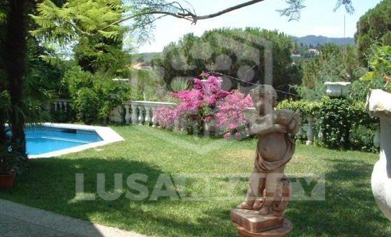 3114  Chalet de 550 m2 con piscina en la urbanización tranquila de Cabrils | 0-house-in-cabrils-lusa-realty00001-1-570x340-jpg