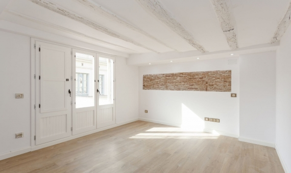 Venta de ático con reforma de lujo y terraza de 35 m2 en el Borne | 12-flat-on-sale-in-born-lusa-realty00013-570x340-jpg