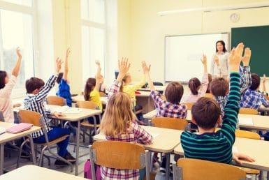 La educación en las escuelas y universidades