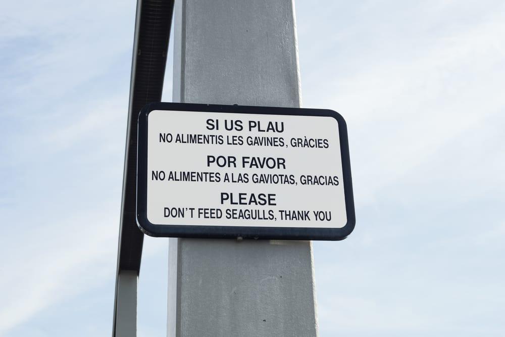Un letrero en español, catalán e inglés