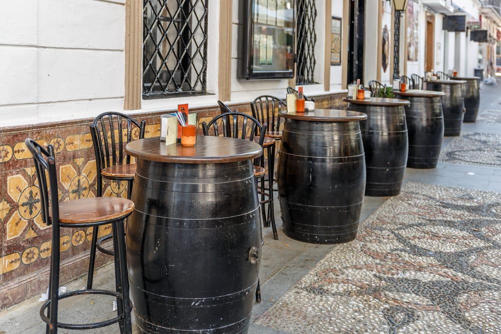 Las terrazas de los bares es una parte importante de la vida estañola