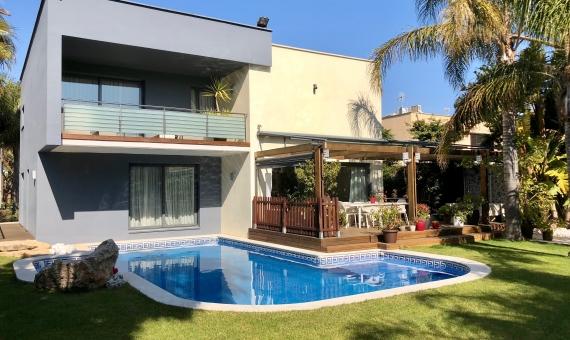 Venta de una exclusiva villa reformada cerca del mar en Gava Mar   00006lusa-realty-villa-gava-mar-min-570x340-jpg