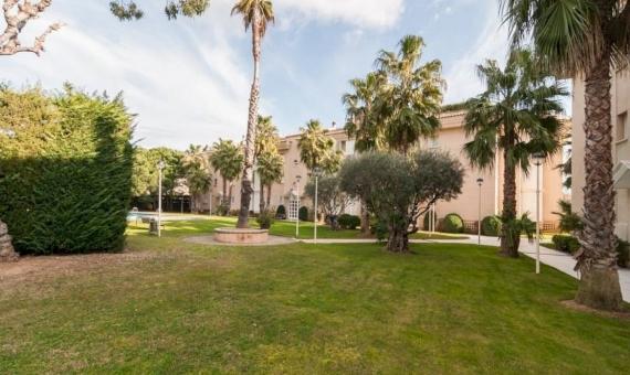 Amplio apartamento cerca de la playa con una piscina comunitaria y un jardín | 2-20-570x340-jpg